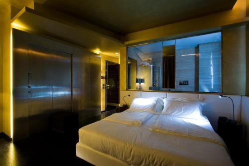 A bed or beds in a room at Hotel VdB NEXT