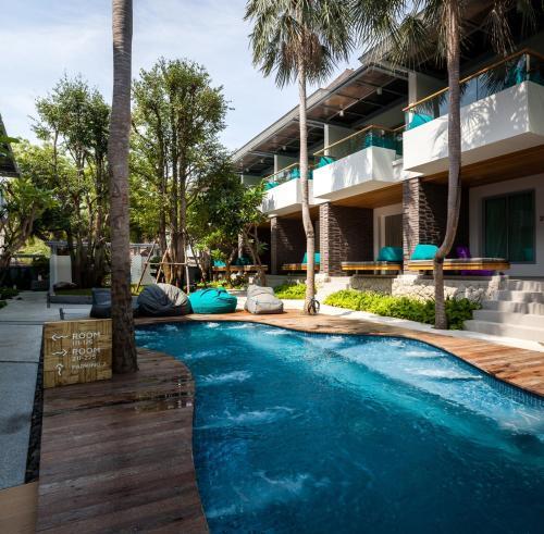 Der Swimmingpool an oder in der Nähe von Bann Pantai Resort