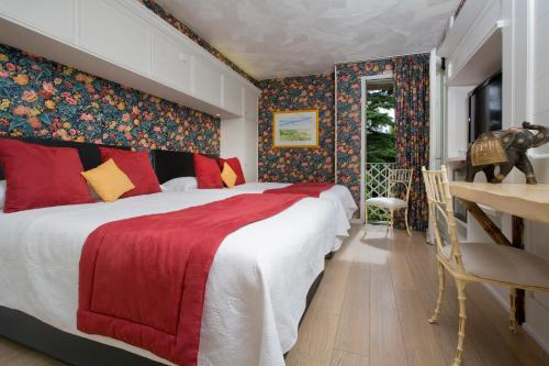 A bed or beds in a room at Relais du Bois Saint Georges - Hôtel de Charme