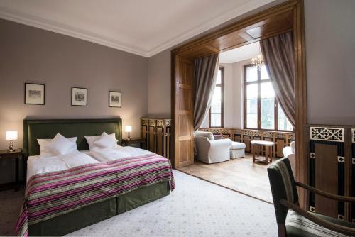 A bed or beds in a room at Zamek Karpniki Schloss Fischbach