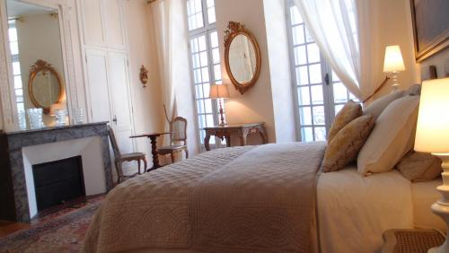 A bed or beds in a room at L'Invitation au Voyage