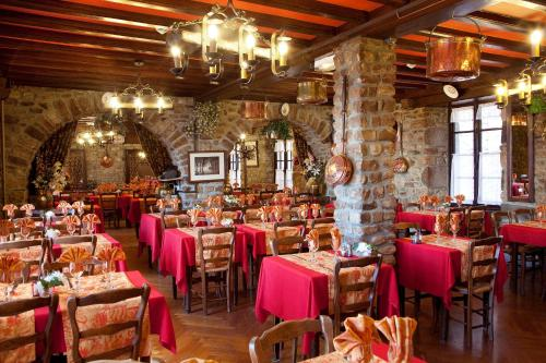 A restaurant or other place to eat at La Vieille Auberge