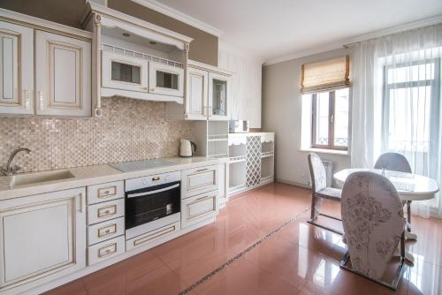 A kitchen or kitchenette at Family Apartments on Galaktionova