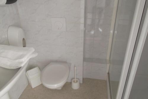 A bathroom at Le Baudilois