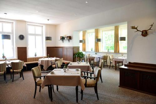 A restaurant or other place to eat at Arnimsruh Hotel garni