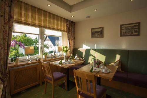 Ein Restaurant oder anderes Speiselokal in der Unterkunft Hotel Haus Andrea
