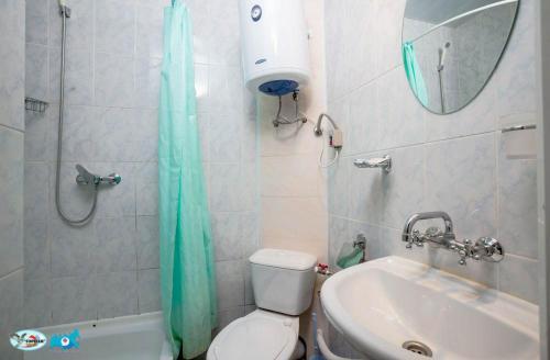 A bathroom at Gornoye Nastroeniye