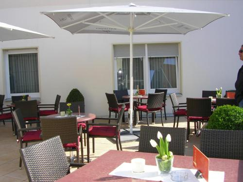 A restaurant or other place to eat at Hotel Amadis