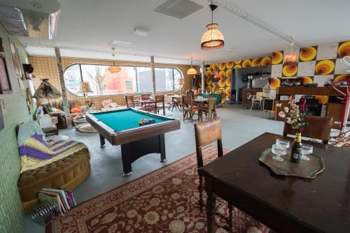 A pool table at At Yetty's Place Vintage Apartment Hotel