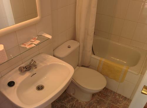A bathroom at PENSIÓN EGEA 1