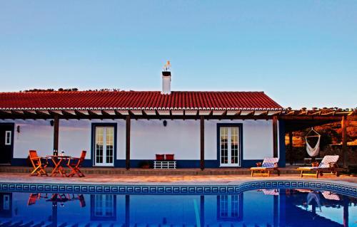 The swimming pool at or near O Monte do Alhinho - Turismo Rural