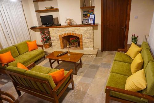 Ein Sitzbereich in der Unterkunft Omodos Village Houses