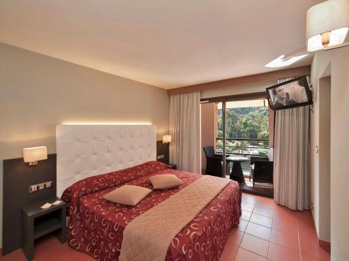 A bed or beds in a room at Hôtel & Restaurant Le Belvédère