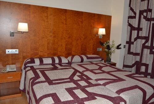 A bed or beds in a room at Hotel Jarama