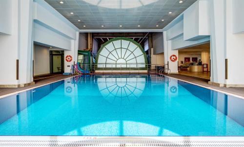 المسبح في جولدن تيوليب للشقق الفندقية أو بالجوار