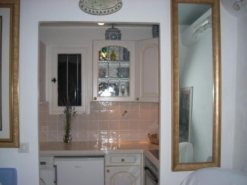 A kitchen or kitchenette at La Maisonette Antibes