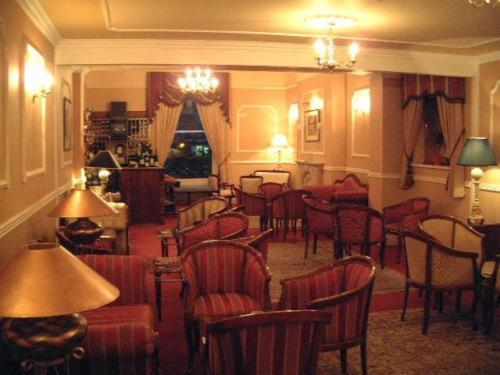 A restaurant or other place to eat at Ely House Hotel