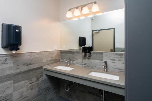 A bathroom at Minna Hotel