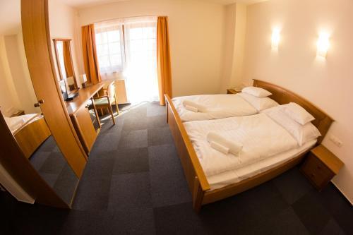 A room at M1 Szekér Csárda Hotel és Étterem