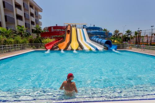 Бассейн в Primasol Hane Family Resort Hotel или поблизости