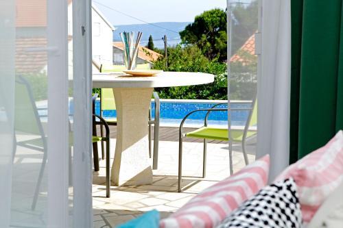 Výhled na bazén z ubytování Vacation Home Villa Oleandra nebo okolí