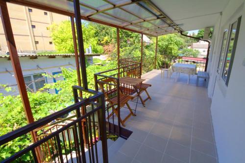 Вид на бассейн в Guest House Uyutniy Dvorik или окрестностях