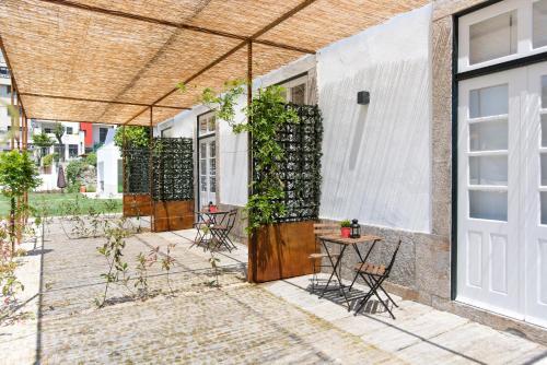 Een patio of ander buitengedeelte van bnapartments Carregal