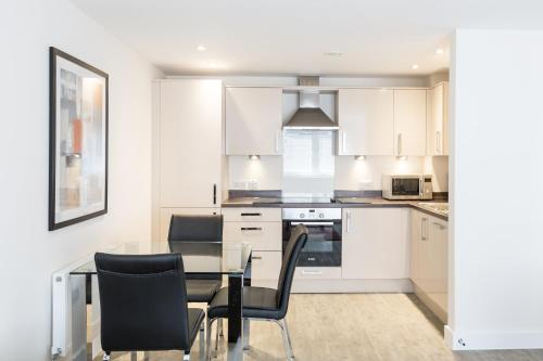 A kitchen or kitchenette at Central Gate Apartments by House of Fisher