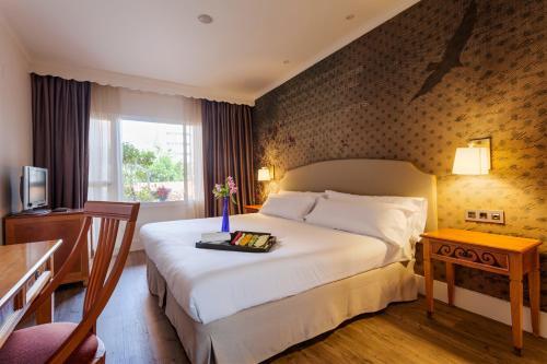 Een bed of bedden in een kamer bij Fénix Torremolinos - Adults Only
