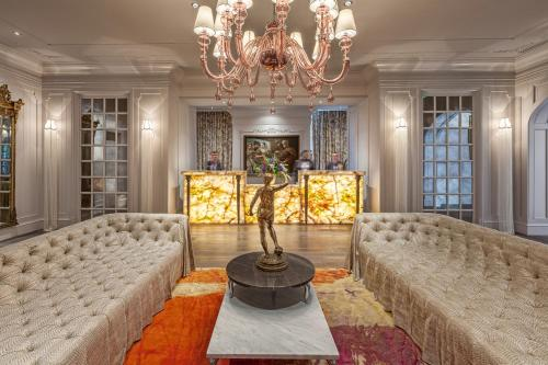 The lounge or bar area at Grand Bohemian Hotel Charleston, Autograph Collection