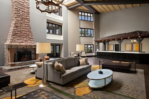 The lounge or bar area at Embassy Suites Napa Valley