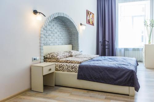 A bed or beds in a room at Apartamenty u centri Lvova - Lviv