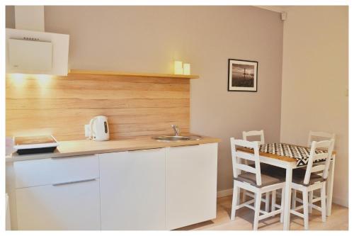 A kitchen or kitchenette at Apartament Garden