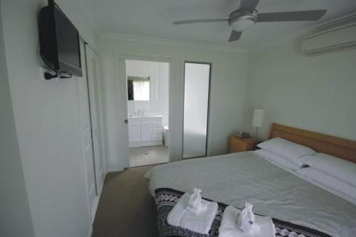 A bed or beds in a room at Broke Village Hideaway