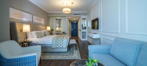 The lounge or bar area at David Tower Hotel Netanya -MGallery