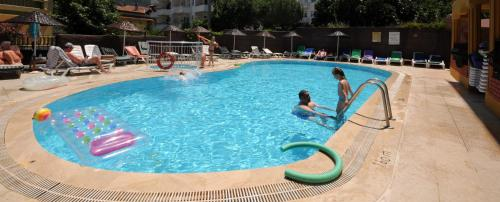 The swimming pool at or near Kleopatra Apartments Icmeler