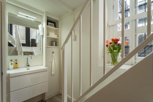 A bathroom at Luxury Flower Market Apartment