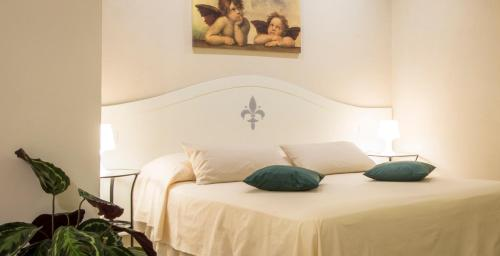 A bed or beds in a room at Santa Maria Novella modern apartment