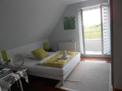 A bed or beds in a room at Au Coeur Du Vignoble