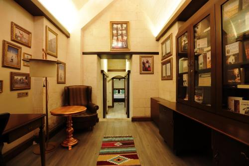 The lounge or bar area at Sirehan Hotel