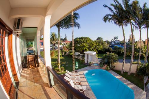 Uma vista da piscina em Pousada Baía dos Corais ou nos arredores