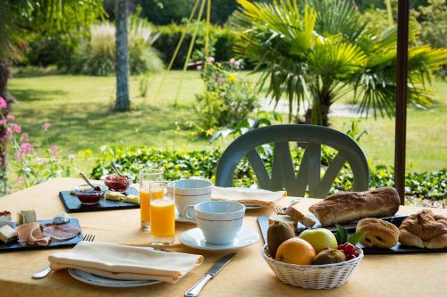 Breakfast options available to guests at Auberge du Grand Chêne