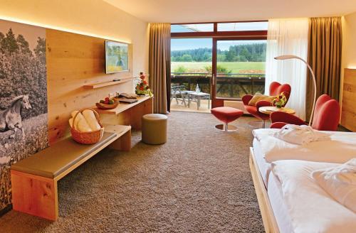 Ein Sitzbereich in der Unterkunft Hotel Grüner Wald