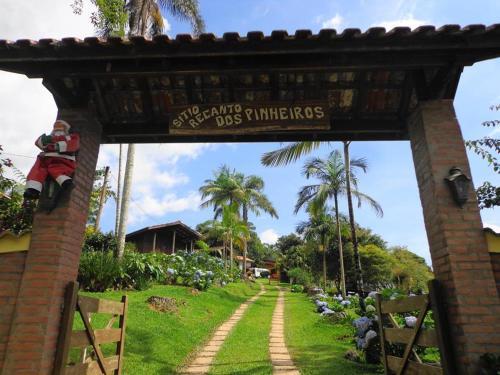 A view of the garden at Pousada Recanto dos Pinheiros or nearby