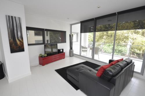 A seating area at Darlinghurst Fully Self Contained Modern 1 Bed Apartment (11GOUL)