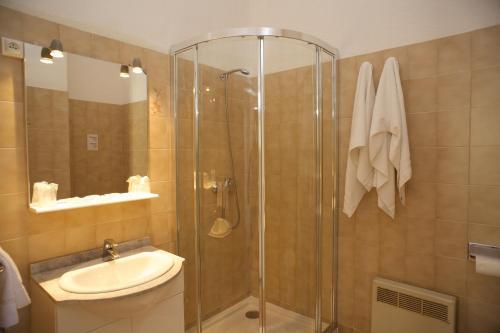 A bathroom at Motel le Vieux Moulin