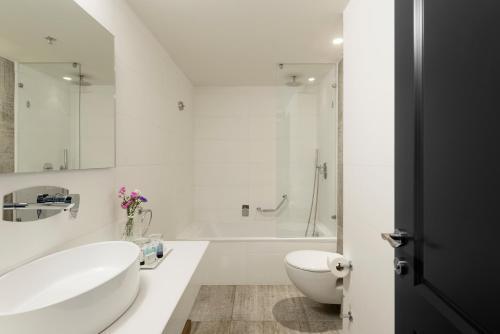 A bathroom at Shefayim Kibbutz Hotel