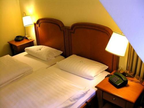 A bed or beds in a room at Waldhotel Silbermühle