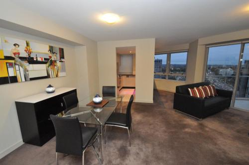 The lounge or bar area at North Sydney Fully Self Contained Modern 2 Bed Apartment (2207BER)