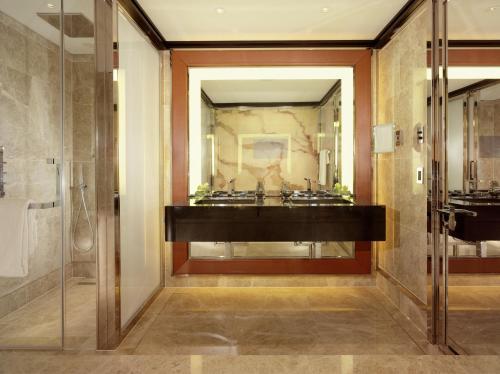 A bathroom at 45 Park Lane - Dorchester Collection
